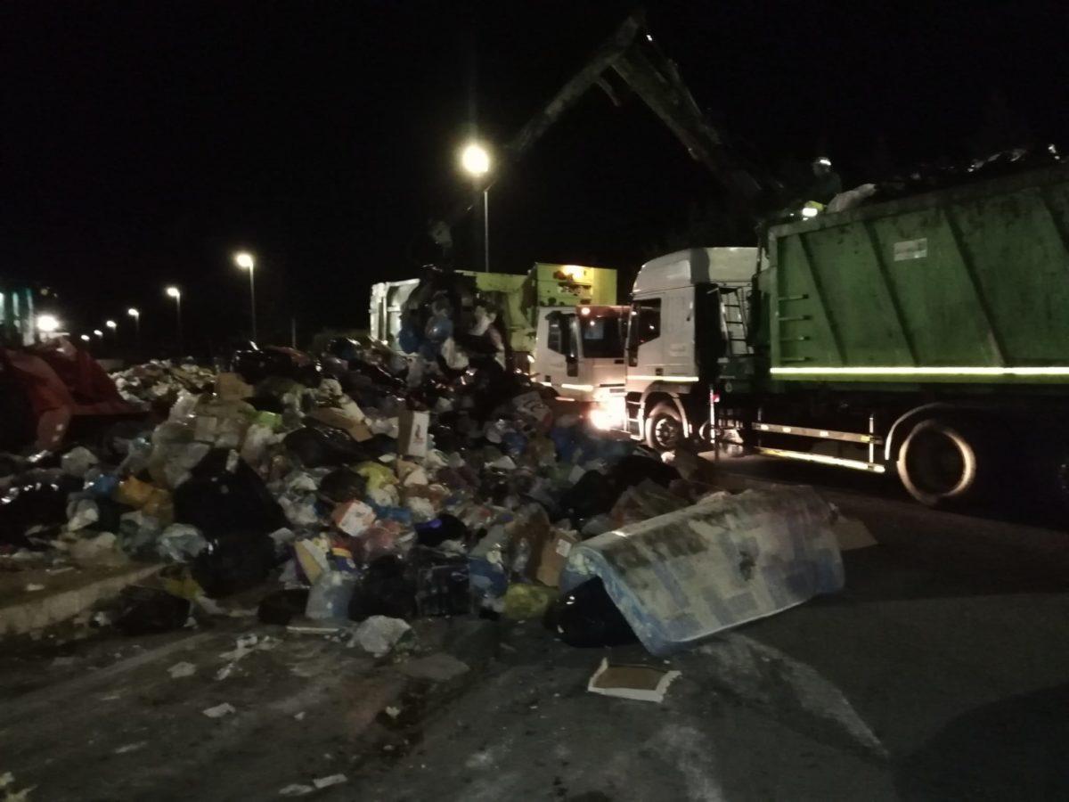 rimozione rifiuti-due mezzi